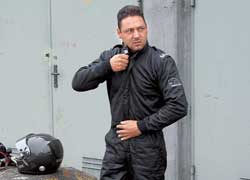 Яркое огненное шоу устроили представители фирмы Uvex, занимающейся изготовлением специальной одежды для авто- и мотогонок.
