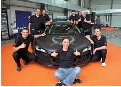 Группа из четырех мастеров (кстати, все они – россияне!) всего за 2 часа 25 минут и 16 секунд на глазах у всех присутствующих целиком обклеила кузов Audi R8 ABT Sportsline фирменной пленкой Foliatec под карбон, установив мировой рекорд!