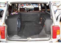 Сабвуфер и подиум усилителя занимают добрую четверть багажника, однако «саб» сделан съемным.
