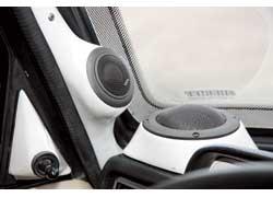 Подиумы для акустики – в том числе и довольно сложные под ВЧ- и СЧ-динамики – владелец делал сам.