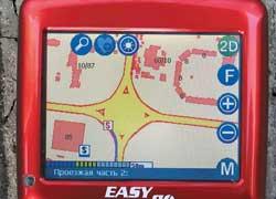 Поскольку EasyGo 240 отлично отображает дома и проезды, он– лучший выбор для того, кто много ездит по большим городам.