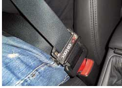 Прочнее зафиксировать корпус водителя или пассажира в сиденье с помощью поясной части штатного ремня безопасности позволяет оригинальное устройство CG-Lock (СиДжи-Лок),