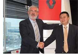 На закладке первого камня в строительство завода Renault Trucks в городе Калуге 15 октября 2007 года присутствовал президент этой компании – господин Стефано Шмелевски (слева).