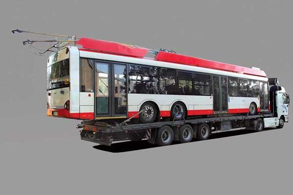 Троллейбус Solaris Trolino 15 выполнен на базе городского низкопольного автобуса Urbino 15, но оснащен асинхронным электродвигателем и системой управления, вынесенной в специальные отсеки на крыше. Машина может определенное время двигаться без контактной сети благодаря дополнительным аккумуляторам или генераторным агрегатам.