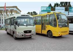 Горожанин «Богдан» А069 на 32 пассажира (на фото справа) стоял бок о бок со своим «донором» – автобусом Hyundai County. Обе машины оснащаются 3,9-литровым 130-сильным турбодизелем.