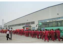 После смены рабочие выходят строем к развозным автобусам – разумеется, марки JAC.