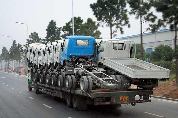 Так с завода JAC вывозят готовы автомобили.