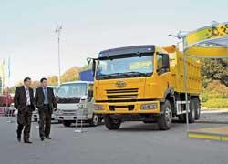 На стенде корпорации «АИС» была целая гамма автомобилей FAW: от фургончика 1011 на 700 кг до строительного 18-тонного самосвала 3252, собираемого на «КрАСЗе».