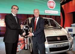 Президент компании Fiat Professional Франко Минеро (слева) получает приз International Van of the Year'2008 из рук председателя жюри Питера Виманна.