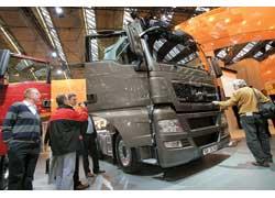 Почетный приз «Международный грузовик 2008 года» за машины MAN TGS и TGX из рук председателя жюри Эдди Салтера получает глава правления MAN Nutzfahrzeuge AG Антон Вайнман (слева).