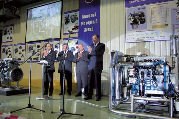 На Минском моторном заводе 9 ноября прошла презентация дизельного двигателя Д-249. Это принципиально новая разработка высокого технического уровня, отвечающая стандартам Евро 4.