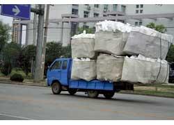 В Китае любят загружать автомобили по полной программе. Этот – везет пенопласт.