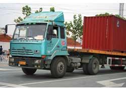 Этот седельный тягач Hongyan («Хоньян») CQ15 изготовлен на заводе корпорации СNHTC в городе Чунцине. В его облике еще угадываются черты австрийского «прародителя» – грузовика Steyr серии 1291, хотя машина уже подверглась модернизации.