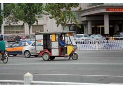 В качестве такси в городах еще встречаются примитивные, часто самодельные машины моторикш.