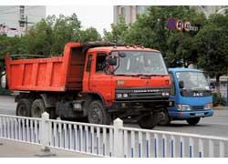 В 1984 году компания Dong Feng подписала соглашение с Nissan Diesel и после модернизации головного предприятия стала там выпускать по лицензии обширную бескапотную серию EQ1050/EQ1242, в которую входили грузовики полной массой 5,0 – 24,0 т (4х2 и 6х4).