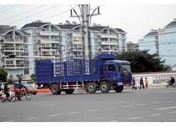 Новый магистральный грузовик JAC Callop имеет хорошую маневренность благодаря двум передним управляемым осям.