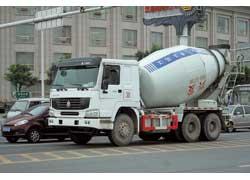 Самые тяжелые автомобили, выпускаемые компанией CNHTC, – грузовики Sinotruk Howo. На фото – с кабиной Volvo.