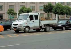 Совместное предприятие компании IVECO и группы NAC, фирма Naveco, выпускает легкие машины Daily, заметно отличающиеся по дизайну от итальянского прототипа.