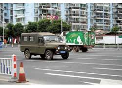 Пекинская компания BAW (Bejing Automobile Works Co. Ltd.) – один из пионеров автопрома КНР. Выпускает с 1958 года внедорожники, в том числе для армии, и легкие коммерческие автомобили. Пикап BJ1021 SKF имеет грузоподьемность 750 кг. Мотор – бенз. 2,5 л, 78 л. с.
