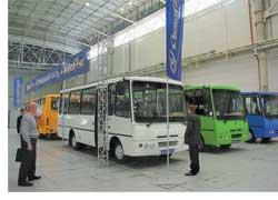 Херсонский автомобильный завод «АнтоРус» привез широкую гамму своих автобусов – 6 моделей. Были показаны машины малого класса– «Антон» в нескольких модификациях (на фото). Их полная вместимость – до 34человек. Двигатель– Сummins (125 л. c.). Демонстрировался также представитель нового для завода направления – 8,9-метровая модель среднего класса «Руслан» А103 для городских и пригородных перевозок. Мест – 60 (для сидения – 31). Предлагаются два турбодизеля Евро 2 – Сummins(140л.с.) либо Nissan-Dong Feng (143 л. с.).