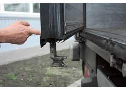За счет штоков внутри, а не снаружи дверей полезная длина кузова увеличивается на 4 см при тех же наружных габаритах.