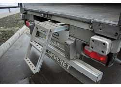 Сзади кузова имеются выдвижная лесенка и резиновые отбойники, легко заменяемые при повреждении.