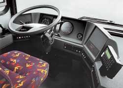 Рабочее место водителя в стиле 80-х: «гибкий» руль и «рубленая» панель с минимумом приборов.