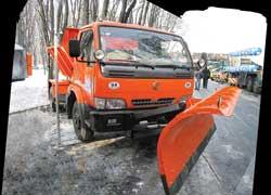 Дорожно-коммунальная машина от «Будшляхмаша» примеряет шасси грузовика Dong Feng.
