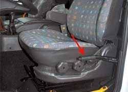 Кресло водителя – на пневмоподвеске. Слева не ручник, а рычаг управления подъемом кузова.