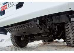 Стальная решетка под двигателем и шины R22.5 с развитыми грунтозацепами выручают в тяжелых дорожных условиях.