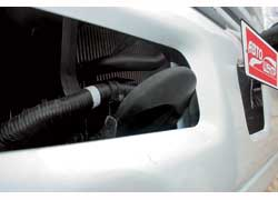 Передний буксирный крюк расположен неудачно: при буксировке металлический бампер можно повредить.