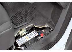 Аккумуляторную батарею, надежно спрятанную за крышкой под полом в кабине, мы нашли чисто случайно. Экономия подкапотного пространства!