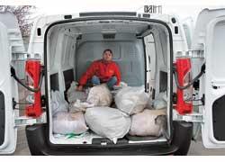 В пятикубовый грузовой отсек мы набросали 20 мешков с песком (1000 кг) и немного устали! Задние двери имеют удобные фиксаторы и легко открываются на 90 или 180 градусов.