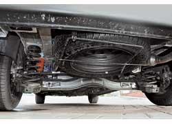Задняя полузависимая подвеска (на пружинах, с тягой Панара) – комфортная и энергоемкая на наших ухабах. «Запаску» доставать легко.