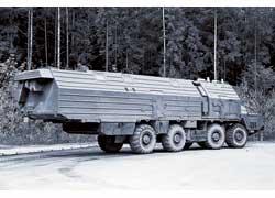 На стоянках выручала передвижная столовая-спальня на шасси МАЗ-543 (8х8).