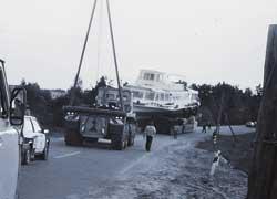 Автомобиль сопровождения МЗКТ-79091 (8х8), с лебедкой и кормовой мачтой, помогал преодолевать мосты.