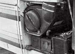В корме – легкодоступные воздушный фильтр и аккумулятор.