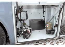 В боковом отсеке – автономный отопитель салона, насос, блок управления системы централизованной смазки, ЗИП.