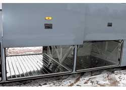 Емкость сквозного багажника – 6 м куб. Пол из оцинкованного металла – это практично, но его неплохо бы усилить.