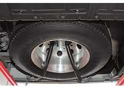 Запасное колесо – под передним бампером. Для удобства его установки желательны специальные салазки.
