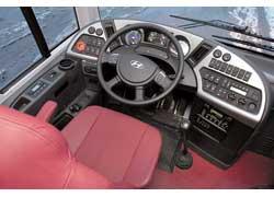 Рабочее место водителя эргономично и комфортабельно, но садиться затруднительно из-за рычага КП.