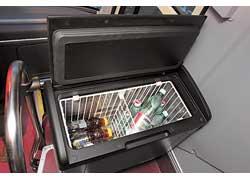 Одна из опций в салоне – термоэлектрический холодильник с функцией подогрева.