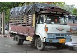 Резной деревянный кузов – с хромированным «чердаком» над кабиной. Так экипирован Hino 70-х – модель PV505.