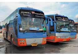 Компания Thonburi Bus Body очень любит копировать автобусы ведущих западноевропейских производителей. Например, новейшие лайнеры MAN Lion's Star (на фото – слева) или Mercedes-Benz Travego. Курьезно, что «псевдо-ман» построен на шасси Mercedes-Benz, а «псевдо-мерс» – на корейском Daewoo.