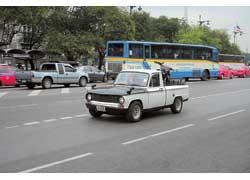 Пикапы Mazda в Таиланде собирают с 70-х. Первенцами были машины Familia Truck модели 1964 года. В кузове этого – кроссовый байк.