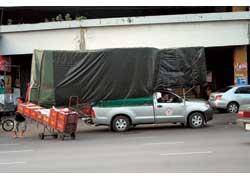 Лидеры местного рынка «коммерсантов» – пикапы Toyota HiLux. Этой машине по объему перевозимого груза позавидовала бы любая европейская фура.