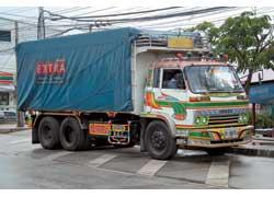 Тайцы активно расписывают не только туристические автобусы, но и дальнобойные машины, например, этот Isuzu.