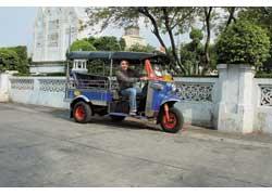 Одна из достопримечательностей Бангкока – трехколесные и трехместные мотороллеры-такси по прозвищу «туктук» (выпускаются компанией Tuk Tuk Paradise Co.). Они летают как сумасшедшие и работают на газе. Счетчиков нет, и торг поощряется. А водители – еще и гиды по ювелирным магазинам и злачным местам.