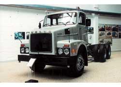 Капотник Volvo N12 (1973 г.) применялся для различных целей – и как самосвал, и как магистральный тягач. Цифра в названии обозначала литраж двигателя – турбодизеля TD122 в 395 л. с.