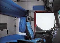 За сиденьями с развитой боковой поддержкой расположены широкие спальные полки. Зона отдыха отделяется плотной шторкой.